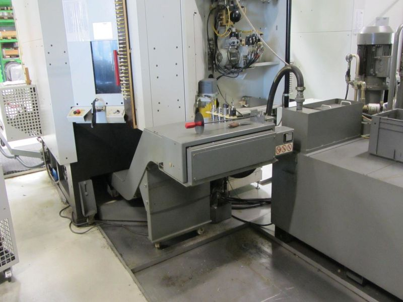 chip conveyor on CNC 5-axis machining centre HERMLE C 30 U built 2004 with NC swivel rotary table