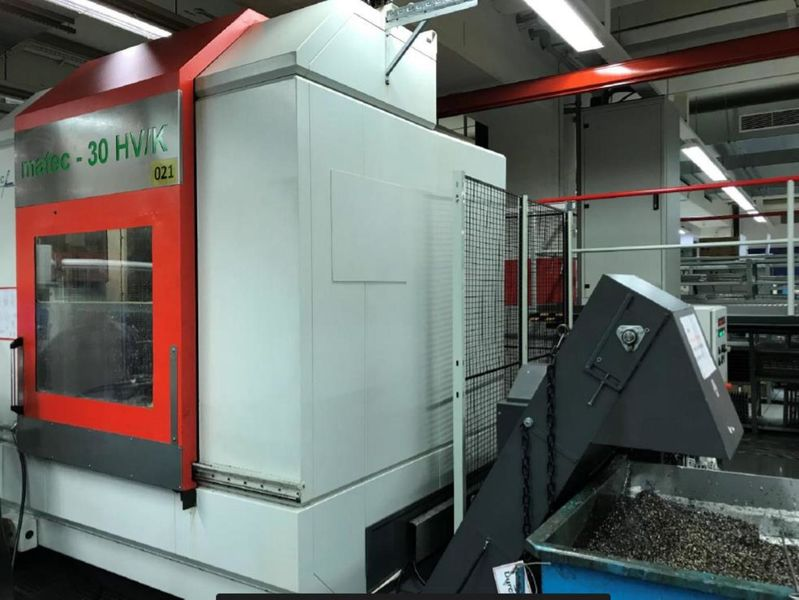 encapsulated workspace, chip conveyor ejection right of 5-axis machining centre MATEC 30 HV/K with HEIDENHAIN iTNC 530, 5-axis and integrated rotary table